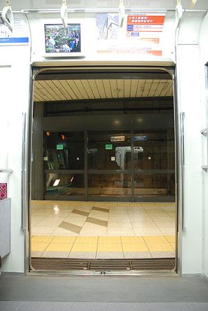 駅に着き、ドアが開き、どこの列車とも変わらない動き。反対側の列車がガラスの向こうにあること以外は。2015/1 四ツ谷駅 東京メトロ南北線B1586M白金高輪行 車窓(2000系)・A1570S浦和美園行(9000系)© 2010 風旅記(M.M.) 風旅記以外への転載はできません...