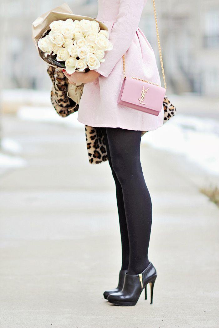 Coucou les filles !  Le rose poudré est la couleur féminine et glamour par excellence. Mais attention à ne pas en faire trop et à bien le porter !  On vous montre ce qu'il faut faire à …