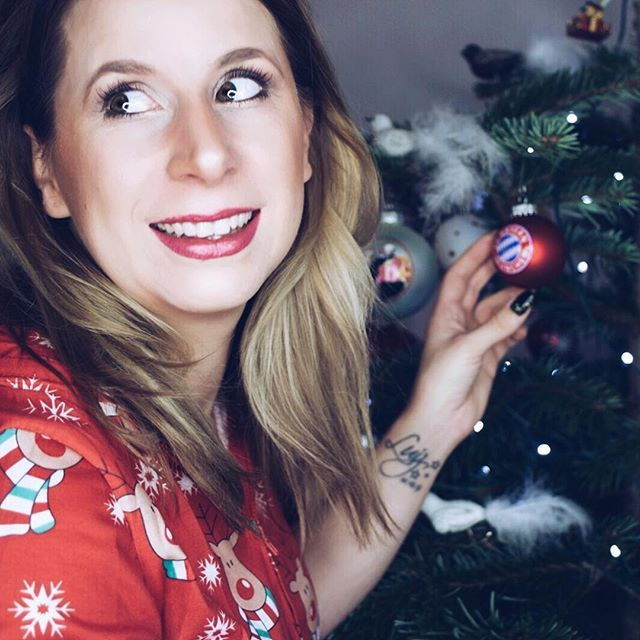 ✨ ✨✨ FREUDEN, DIE MAN ANDEREN MACHT, STRAHLEN AUF UNS ZURÜCK. ✨✨✨ In diesem Sinne möchte ich euch morgen ein schönes Fest und frohe Weihnachten wünschen! Den ein oder anderen werd ich mit meinen Weihnachtsfotos sicher schon nerven 😅 doch ich darf das 😏 vor drei Jahren war unser Weihnachten zwecks dieser doofen Krankheit nicht so wie es sein sollte. Vor zwei Jahren war ich mit unserem Sohn bis Heiligabend im Krankenhaus. Ich bin einfach so dankbar und glücklich, wenn es mal ein ganz…