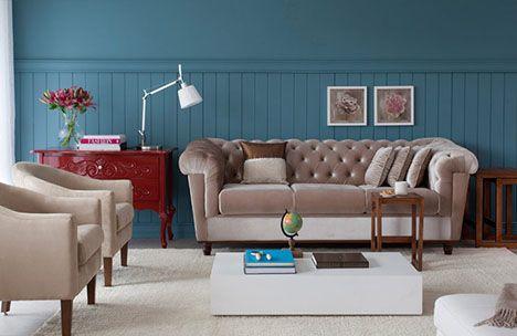 O sofá capitonê, a cômoda vermelha e as poltronas no mesmo tom do sofá trouxeram leveza e estilo a esse ambiente que ficou sensacional!
