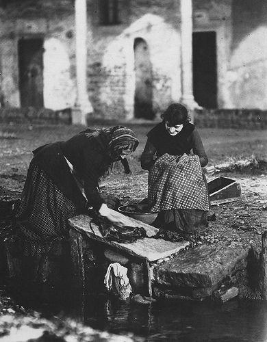 Milano Lazzaretto, donne lavano i panni nella roggia San Gregorio che attraversava il Lazzaretto 1870 #TuscanyAgriturismoGiratola