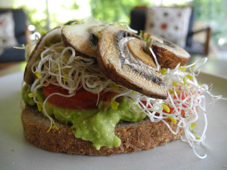 Sandwich de portobello y aguacate en panezekiel