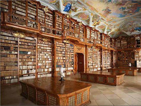 Com dois milhões de obras, a biblioteca da Universidade de Coimbra suscita sempre surpresas