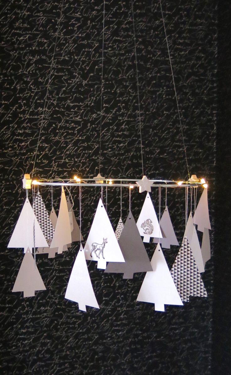 Heute zeige ich euch eine einfache aber sehr hübsche Weihnachtsdekoration, die wunderbar in unsere Wohnzimmerecke passt: Für den Tannenkranz habe ich Papierbäume in zwei verschiedenen Größen ausgeschnitten, sie mit Waldtieren bestempelt und an einen Drahtring aufgehängt. Der Ring war ursprünglich zur Befestigung von gelben Säcken gedacht. Aber er ist viel zufriedener damit schöne Papierbäume zu…