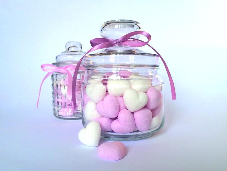 Rózsaszín és fehér szív formájú cukor stílusos otthoni tárolása, amely ajándékötletnek is kiváló.