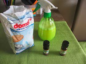 Putzspray: 3 gestr. Eßl. Waschsoda 240 g Wasser im Thermomix aufkochen . 3 Min. 100 Grad Stufe 1 60 g Essigessenz dazu ( das Zeug reagiert miteinander. Es schäumt sehr stark) Hört aber auf wenn das Spülmittel dazu kommt. 60 g Fairy , es geht auch ein anderes Spülmittel 25 g Orangenöl 1,5 ltr. Wasser 10 Sek. auf Stufe 4 verrühren