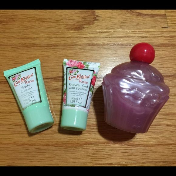 Shower gel + body cream The left two are body cream and shower gel from cath kidston and the right one is shower gel. Never used it. Cath Kidston Accessories