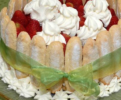 Cómo hacer la Tarta Charlota. La charlota o carlota, es una tarta de origen que viene de Francia. La carlota es un postre que se sirve en frío. También conocido como charlotte en inglés o postre de limón en algunos lugares de habl...