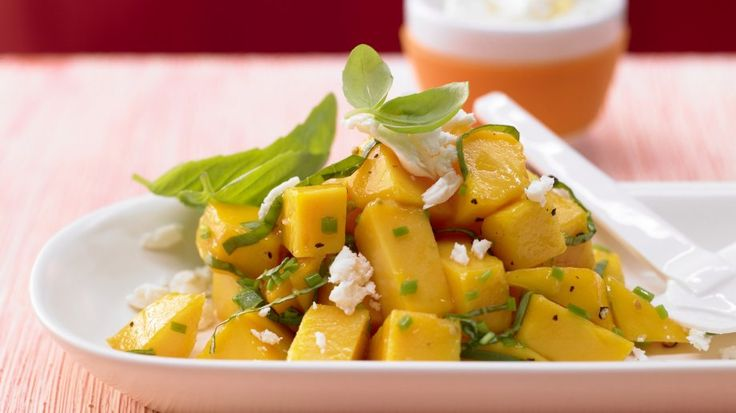Ungewöhnlich gut: Pikanter Mangosalat mit Schafskäse | http://eatsmarter.de/rezepte/pikanter-mangosalat