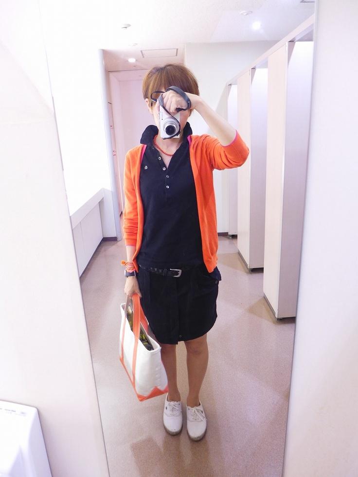 ラコステのポロシャツにジョンブルのスカート、ユニクロのカーデ。 オレンジ×ブラックなコーディネート。 このポロシャツは一昨年に購入したもので、5つボタンの細身のデザインです。