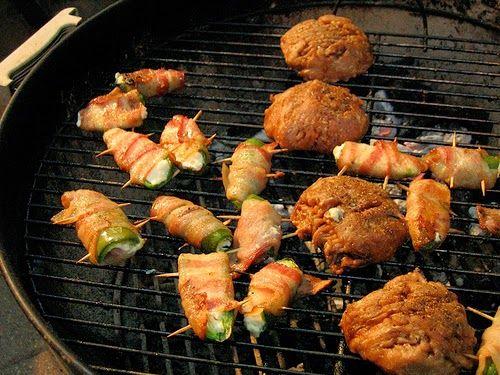 Recette de brochettes de rouleaux d'escalopes de dinde farcis au bacon, courgettes, tomates, oignons et basilic, à la marinade miel, moutarde, cuites au barbecue - Cuisine Allemagne