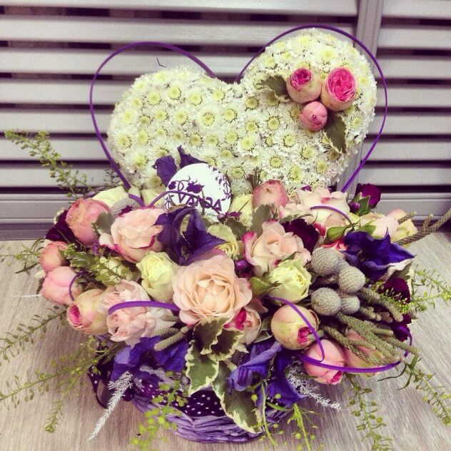 "Хризантема ""Сталион"", кустовая роза ""Динара"", пионовидная кустовая роза, бруния, кустовая роза ""Сноу флейк"",зелень"
