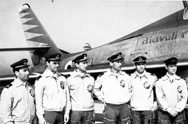 """BUON COMPLEANNO all'aviatore e militare italiano Antonio Ceriani pilota della pattuglia Diavoli Rossi. Tenente pilota dell'Aeronautica Militare, fece parte dal 1958 dei Diavoli Rossi, pattuglia acrobatica dell'Aeronautica Militare fondata nel 1957 ed in attività sino al 1959,  poi confluita nelle Frecce tricolori.Ceriani è noto per essere stato l'ideatore della manovra acrobatica Bomba Slim.  Nella foto: la pattuglia dei """"Diavoli Rossi"""""""