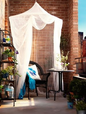 EASY IDEAS FOR SMALL BALCONY OR GARDEN AT http://styleitchic.blogspot.com/search/label/GARDEN%20IDEAS
