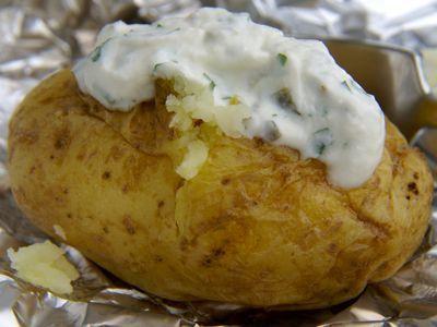 Aardappels poffen ipv koken is erg gezond want alle vitamine blijven behouden. Door ze in de magnetron te poffen kun je het hele jaar genieten van gepofte aardappelen.