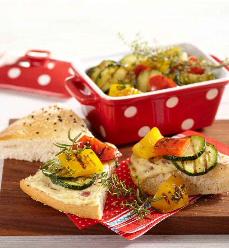 Gegrilltes Gemüse auf Fladenbrot #hochland #käse #rezept #recipe #cheese #fladenbrot #paprika #zucchini  #kräuter #herbs #ofenaufstrich #food #essen #gemüse  #foodie #lecker #fresh #grillen #bbq