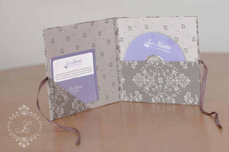 Porta cd/dvd feito em cartonagem forrado com tecido importado. <br>Também possui espaço para cartão de visita, folder ou foto. <br>Cores e personalização podem ser alteradas de acordo com a sua escolha. <br> <br>*Favor verificar a disponibilidade de estampas em estoque