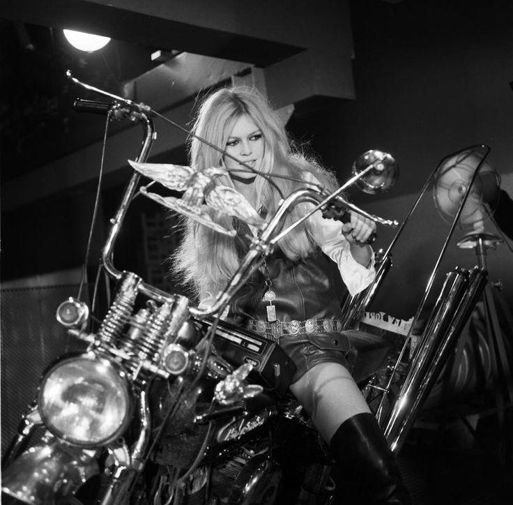 """L'INA avec Photoservice.com - Brigitte Bardot mise en scène pour la chanson de Serge Gainsbourg """"Harley Davidson"""" lors de son show télévisé """"Spécial Bardot"""""""