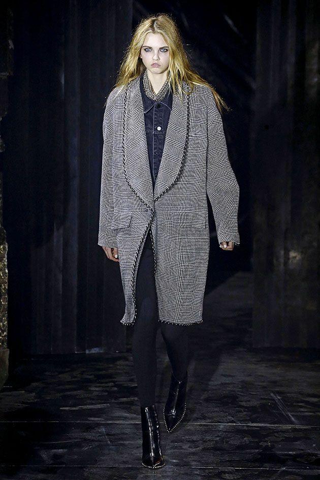 A cartela de cores é predominantemente preta, com pinceladas de cinza e branco; o toque sexy fica por conta das calças bem justas ao corpo, vestidos curtos, fendas e decotes com tiras.