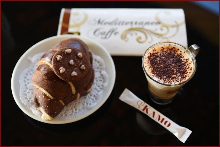 Oggi siamo all'aperto, tanto a riscaldarci ci pensa la nostra colazione a base di #caffekamo e di un gustoso cornetto.  Vi aspettiamo al Mediterraneo Caffè!  #puntikamo