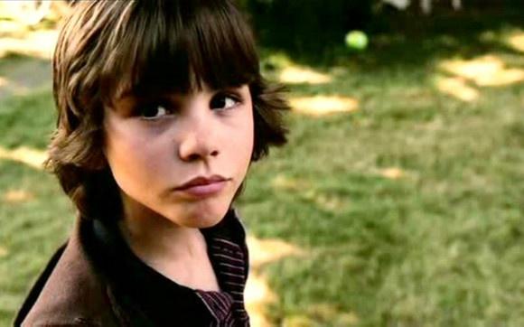 """Curiosidades sobre Logan Lerman!  Sabia que ele já interpretou o mesmo personagem que Ashton Kutcher? Foi no filme """"Efeito Borboleta"""" - Logan fez o fez o papel da versão criança de Ashton Kutcher! Muito bonitinho, né?"""