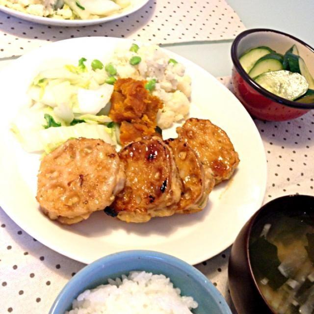 これおいしかったです♡鶏ひき肉の中には、お豆腐、玉ねぎ、しょうが、大葉練りこんでます。 あとは、 ・枝豆のポテトサラダ ・白菜サラダ ・かぼちゃの煮付けの残り物(笑) ・大根とワカメのお味噌汁 ・ピーマンとじゃこのゆずぽんふりかけ ・きゅうりのお漬物(ポン酢とごま油で) - 16件のもぐもぐ - れんこんの鶏ひき肉はさみ焼き by yuuki518