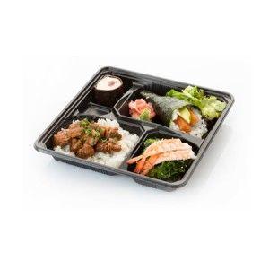 Bento 1: temaki de salmón, arroz con pollo yakitori y ebi sunomono (ensalada de wakame con pepino y langostino). Incluye postre (sushi de chocolate) y bebida.
