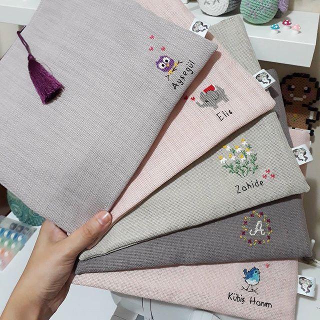 Mutlu ve güneşli günler dilerim ☉ Birazdan bu tatlı el çantaları kargoda olacaklar  Hemen sahiplerine kavuşup mutlu etsinler diye ❤ ( Ayrıntılı fotoğrafları için hikayelerime bakabilirsiniz )