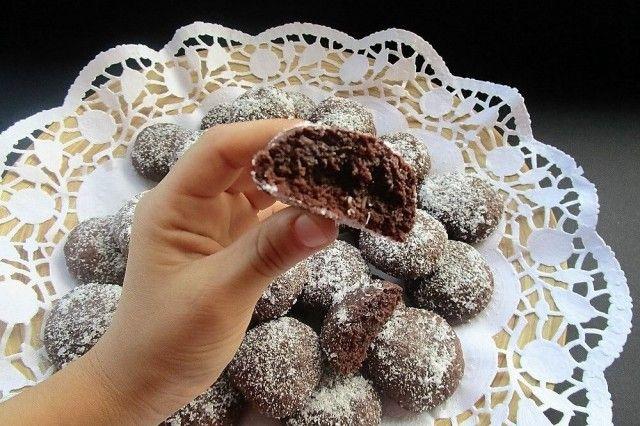 I biscottini morbidi al cioccolato fondente e cocco sono dei dolcetti perfetti per accompagnare una tazza di tè o di caffè. Ecco come prepararli