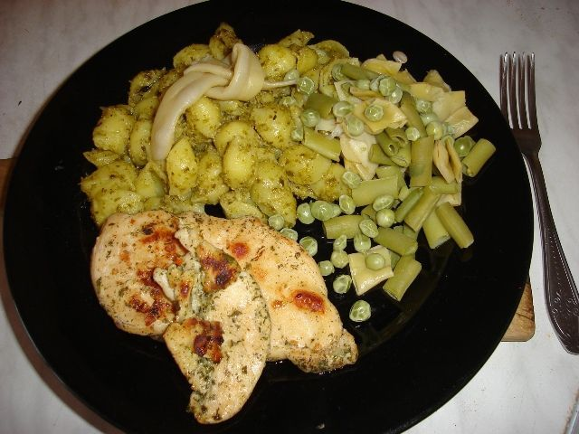Podwójnie zielone, czyli muszelki z pesto, pierś z kurczaka w ziołach i warzywa gotowane na parze |