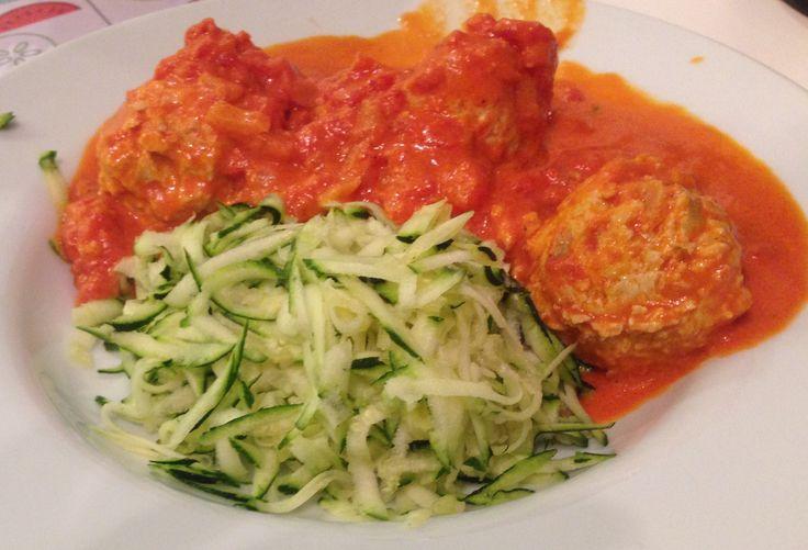 LCHF-kyllingekødboller i cremet tomatsauce