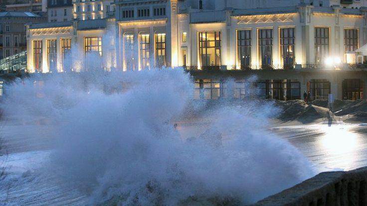 Quelques heures plus tard, les vitres du Casino de Biarritz étaient soufflées par les vagues, la salle de restaurant et les sous-sols sont e...