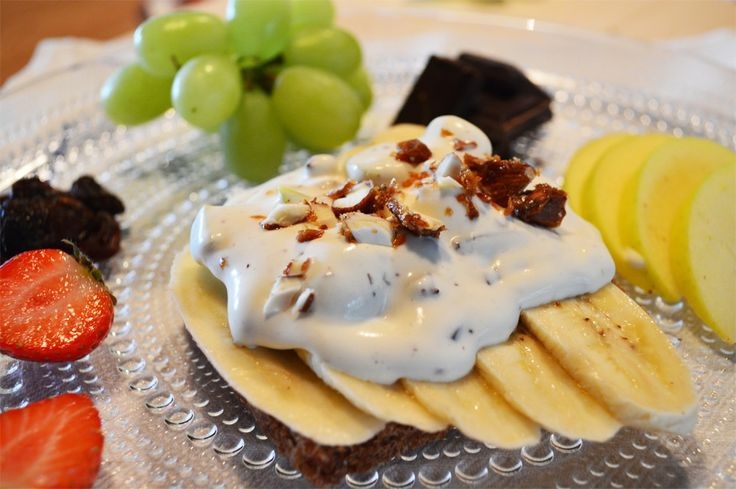 Herkullisen voileivän voi rakentaa myös tuoreista hedelmistä. Tämä makean kesäinen hedelmäleipä on varma lasten suosikki.