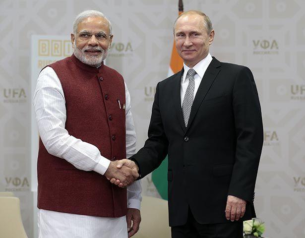 Na snímke ruský prezident Vladimir Putin (vpravo) a indický premiér Naréndra Módí
