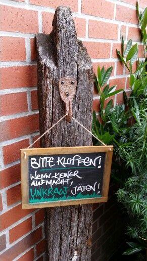 Unser willkommen Schild am Gartentor! Eine alte Schultafel mit Kreide und Klarlack!
