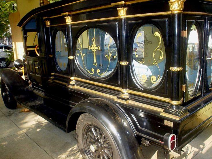 """Este famoso """"Carro Funerário"""", o qual está em exposição na cidade do Guarujá - SP, foi o que transportou o corpo de Alberto Santos Dumont (Pai da Aviação) em 1932"""