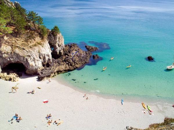 La plage de Crozon Morgat dans le Finistère  Blottie au fond de la baie de Douarnenez, l'anse de Morgat abrite une longue plage de sable fin au nord qui se termine sur la commune de Crozon en galets. Célèbre pour ses grottes de pierres rouges et rosées, elle est également réputée pour sa station balnéaire créée au XIXème siècle par Louis Richard et Armand Peugeot. Aujourd'hui, elle accueille de nombreuses activités sportives, le surf notamment.   | Finistère | Bretagne | #myfinistere