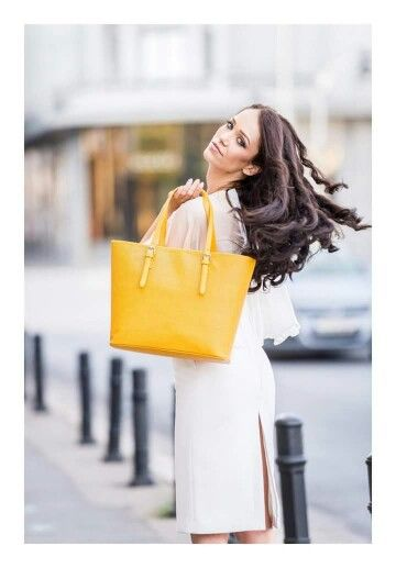 Înveselește-ți zilele mohorâte cu o poșetă într-o nuanță vibrantă. Fie că optezi pentru o pereche de jeansi, o rochie sau o fustă midi, completează-ți outfit-ul cu o geantă colorată semnată YVY BAGS. Vei fi încântată.  Descoperă alte poșete chic, pe www.yvybags.ro #loveYVYBags #leatherhandbags #YVYBagsfactory #loveourjob #clutch