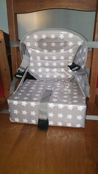 """"""" Easy Up White Stars """" de chez BabytoLove : un réhausseur facile d'installation, compact, transportable et qui ne présente pas de danger à table."""