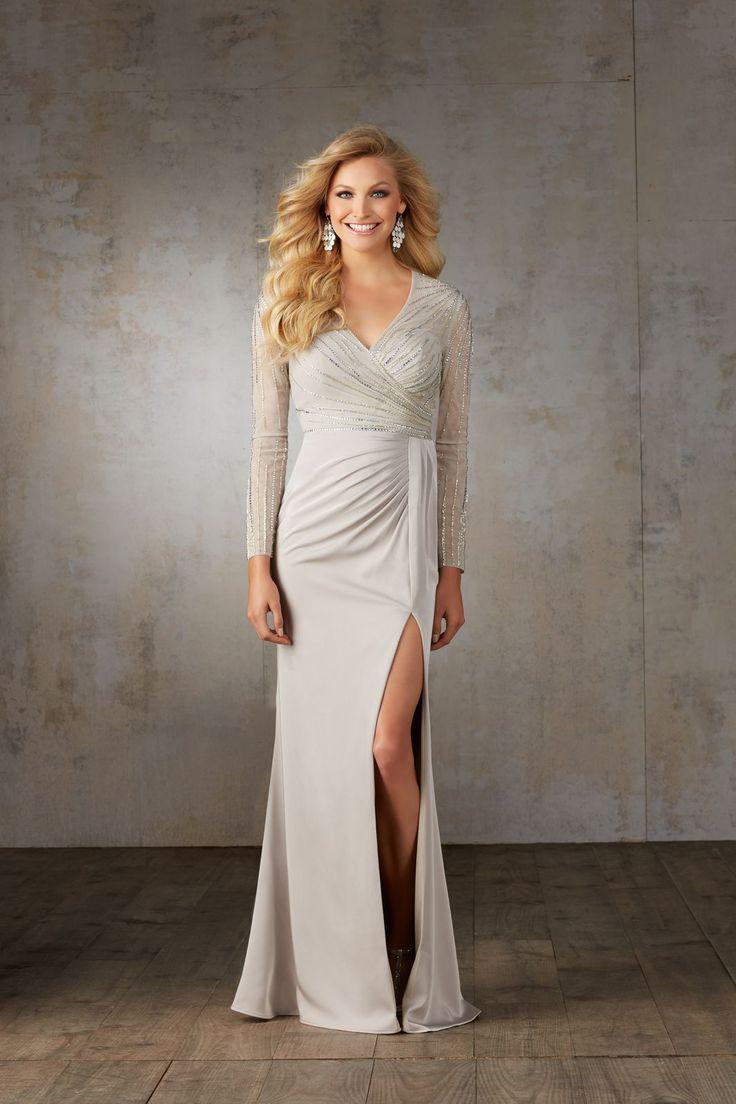 Elegancka suknia wieczorowa Mori Lee, z głębokim rozporkiem w spódnicy. Suknia na długi rękaw z delikatnego materiału, zdobionego wzorami z …