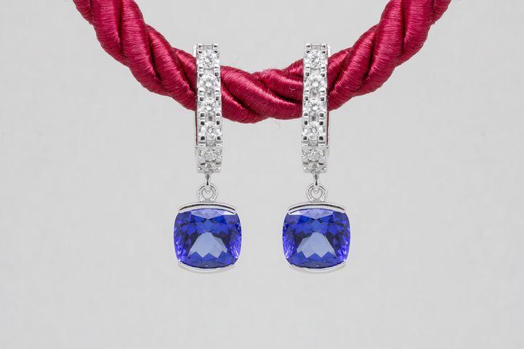 Sneste své milované modré z nebe. Tyto krásné náušnice jsme pro naše zákazníky vyrobili na zakázku. #earrings #golden #jewel #tanzanite #diamonds #zlato #nausnice #tanzanit #sperk #diamanty