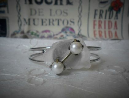 Sea glass and faux pearl bracelet