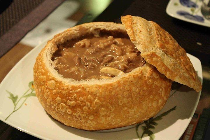 2 Kg de filé mignon  - 1 pão italiano grande  - 50 g de manteiga  - Molho Madeira:  - 2 colheres de sopa de manteiga  - 40 g de farinha de trigo  - 80 ml de vinho tinto  - 560 ml de caldo de carne  - 1 pitada de sal  - 1 colher chá de mostarda  - Champignon
