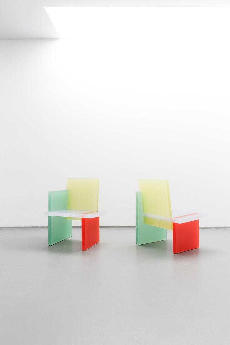 Wonmin Park est un artiste designer sud coréen qui concentre principalement son travail sur la conception de meubles.  Il utilise la résine qu'il colore pour réaliser des formes géométriques simples qu'il assemble ensuite pour aboutir au design minimaliste de ses meubles.  Wonmin Park dit utiliser la résine pour son apparence translucide donnant l'illusion à la couleur d'être en lévitation dans l'air. Après avoir sablé ses meubles, ils prennent un dimension spectrale, fantomatique et douce.