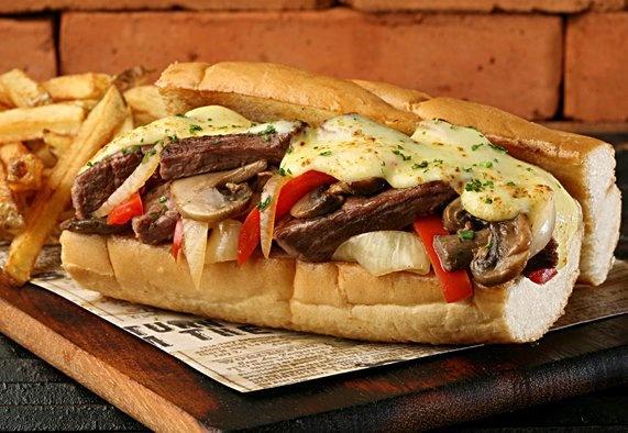 PHILLY SANDWICH  exquisita carne a tu elección, mozzarella, cebolla, chile pimiento, champiñones y salsa A-1; servido en delicioso pan baguette.
