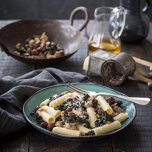 Rigatoni met venkelworst, cavolo nero, olijven en pecorino - recept - okoko recepten