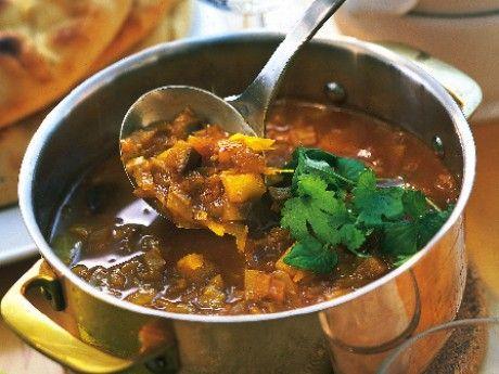 Recept på indisk soppa. Här har vi använt Garam Masala, en indisk kryddblandning som innehåller många av våra typiska julkryddor, t ex kanel och ingefära. Naanbröd är ett indiskt bröd som går att köpa färdiga i butiken inom det orientaliska sortimentet.