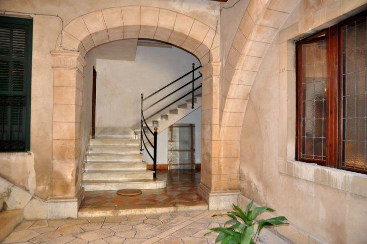 Gamla stan, Palma de Mallorca: Praktfullt 1700-tals palats i Gamla Stan. Detta palats om cirka 600 kvm har gått i samma familj i 200 år. Det är både lätt och lämpligt att konvertera till fyra lägenheter - två större samt två mindre. Huset är i mycket bra skick men behöver målas om och installera nya kök och badrum. Det finns vackra öppna spisar i många rum. All el är omlagd och det går att installera hiss. Det finns även plats för en mindre bil.