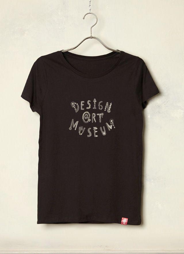 『纏 -MATOU-/1103 *』(Lady's  T Black  ver.) 「音楽や好きなもの、日々の暮らしの中から刺激を受けて感じたままに楽しんで描いています。〈まるくつなげる・つながる〉を意識して、◯(まる)を描いています。」という「1103*」さん作品。「ファッションやメイクと同じように音楽で着飾る。自由で枠に囚われない、自分のお気に入りの音楽を身に纏う。わたしの中の音楽のイメージをDesignArtMuseumのロゴデザインにして表現してみました。」とのことです。