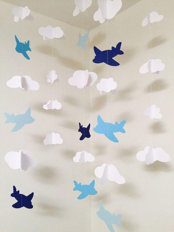 Aviones y nubes!!!! Perfecto para un telón de fondo en un babyshower o cumpleaños. Este conjunto de guirnaldas harán tu evento único mucho más! Usted puede conseguir cualquier aeroplanos del color que quieras!! Este guirnaldas de papel hermoso SET de 5 pieza será una maravillosa adición a su hogar! Que funciona perfectamente para un babyshower o cumpleaños pero también se puede utilizar para hacer tu propio móvil para colgar en un dormitorio o habitación de los niños! Ideal para un evento…
